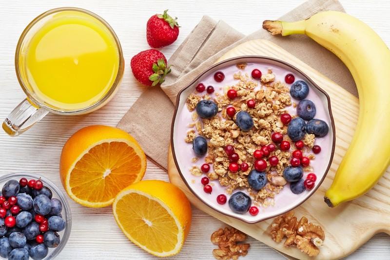 """""""Ăn sáng nên ăn gì?"""" Đây là câu hỏi tưởng chừng đơn giản nhưng lại là băn khoăn của rất nhiều người. Với các nhu cầu đặt biệt như giảm cân, tiết kiệm thời gian, duy trì vóc dáng,…mà vẫn phải đảm bảo lượng dinh dưỡng để hoạt động trong cả ngày dài. Vì vậy, để tham khảo những thực phẩm nên ăn vào buổi sáng, mời bạn theo dõi bài viết sau."""